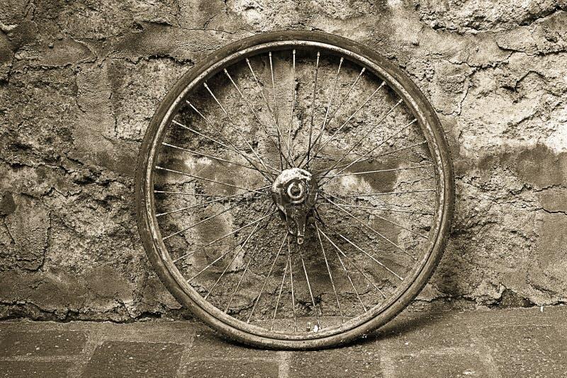 Старое колесо велосипеда стоковая фотография rf