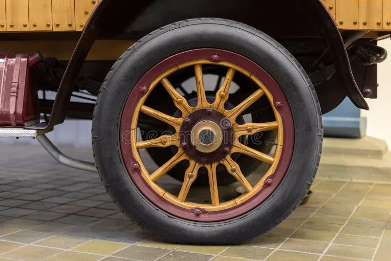 Старое колесо телеги на том основании стоковые изображения rf