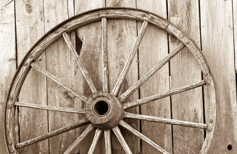 старое колесо фуры деревянное стоковое фото rf