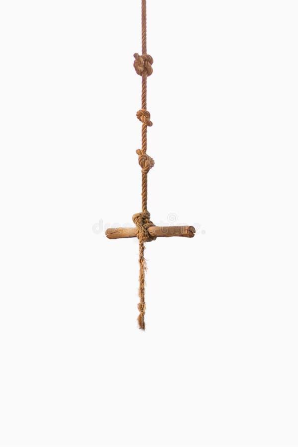 Старое коричневое деревянное качание с веревочкой на изолированной белой предпосылке стоковые изображения