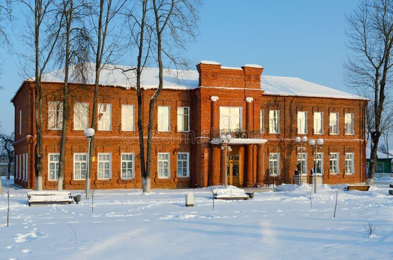 Старое красное кирпичное здание музея местной истории и местных профессиональных знаний, городского пейзажа зимы, Senno, области  стоковые фотографии rf