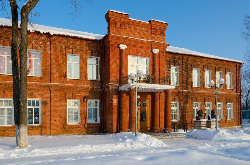 Старое красное кирпичное здание музея местной истории и местных профессиональных знаний, городского пейзажа зимы, Senno, области  стоковые изображения