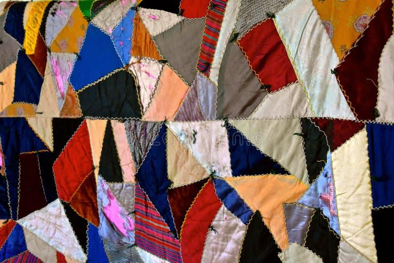 Старое красочное сумасшедшее лоскутное одеяло стоковое фото rf