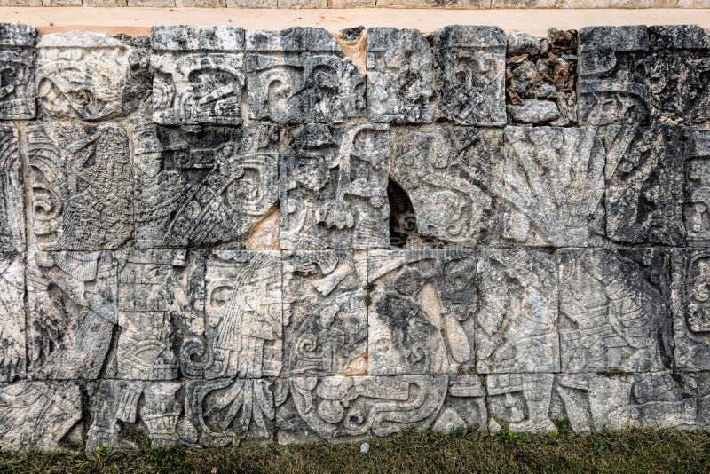 Старое майяское резное изображение на большом суде шарика в Chichen Itza стоковые фото