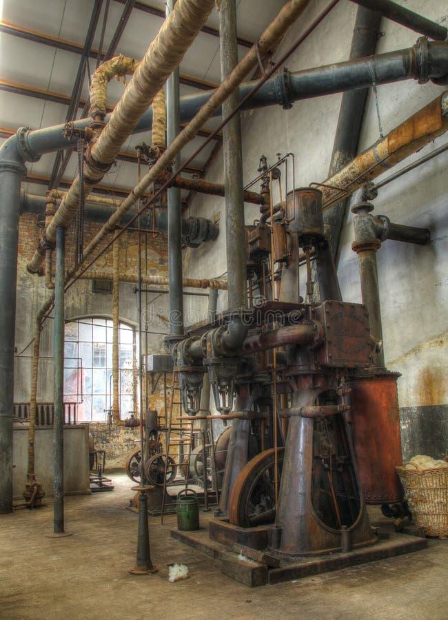 Старое машинное оборудование в дезертированной фабрике химии, urbex стоковая фотография