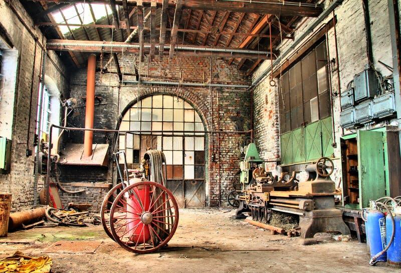 Старое машинное оборудование в дезертированной фабрике, urbex стоковое фото