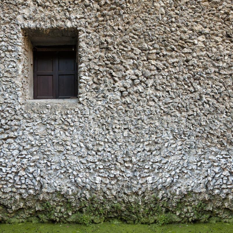 Старое маленькое окно на стене Белый камень Строить стоковая фотография
