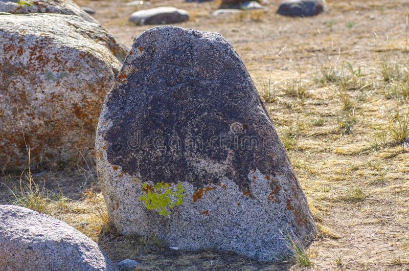 Старое место с историческими петроглифами в Кыргызстане стоковая фотография rf