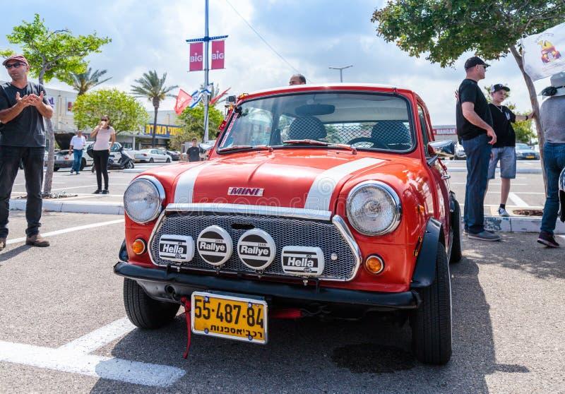 Старое мини на выставке винтажных автомобилей припарковало около большого мола Regba стоковое фото