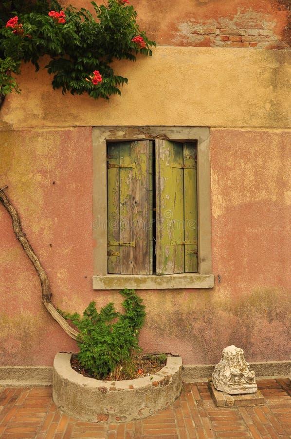 Старое окно старого дома в острове torcello стоковая фотография
