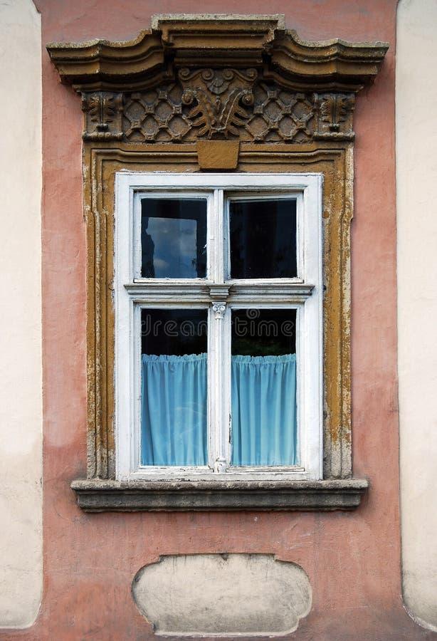 Старое окно с каменным украшением стоковые фотографии rf