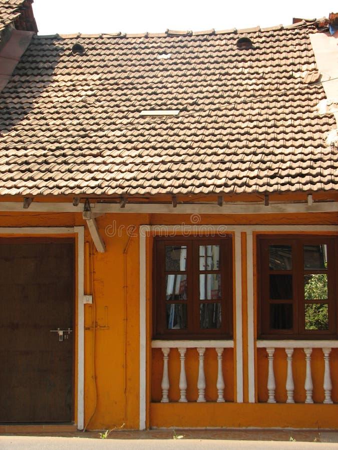 Старое окно с терракотой крыло крышу черепицей Архитектурноакустические детали от Goa, Индии стоковое фото