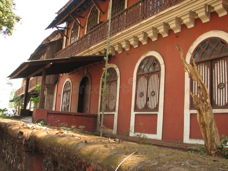 Старое окно с терракотой крыло крышу черепицей Архитектурноакустические детали от Goa, Индии стоковая фотография