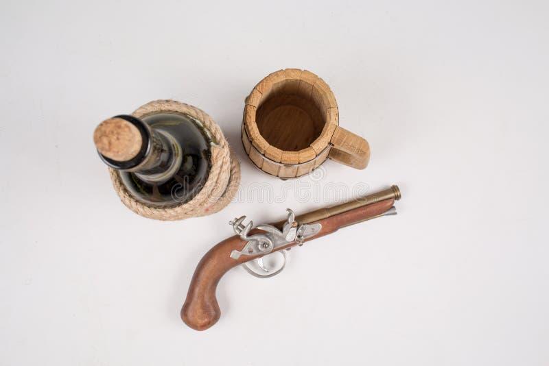 Старое оружие, мушкет, на белой предпосылке стоковое изображение