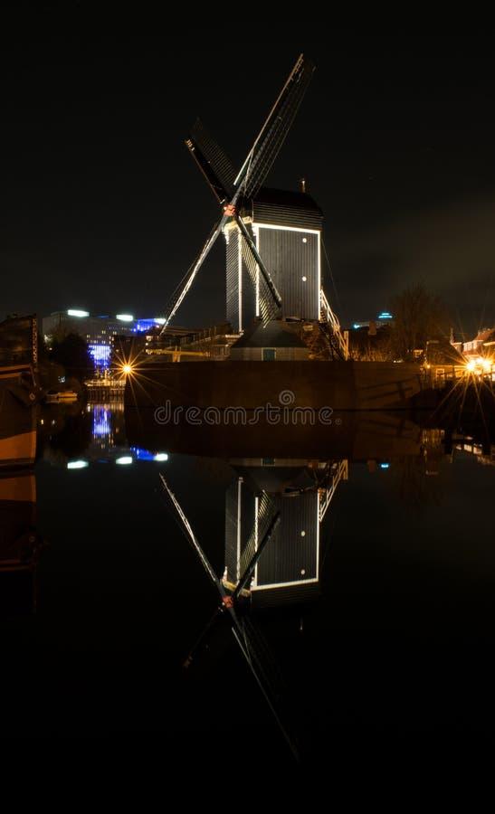 Старое отражение ночи ветрянки стоковая фотография rf
