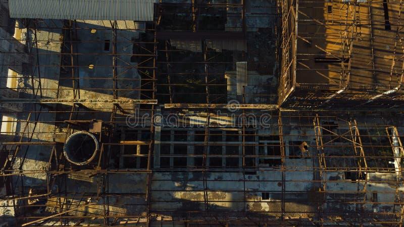 Старое, покинутое промышленное здание сверху стоковое фото