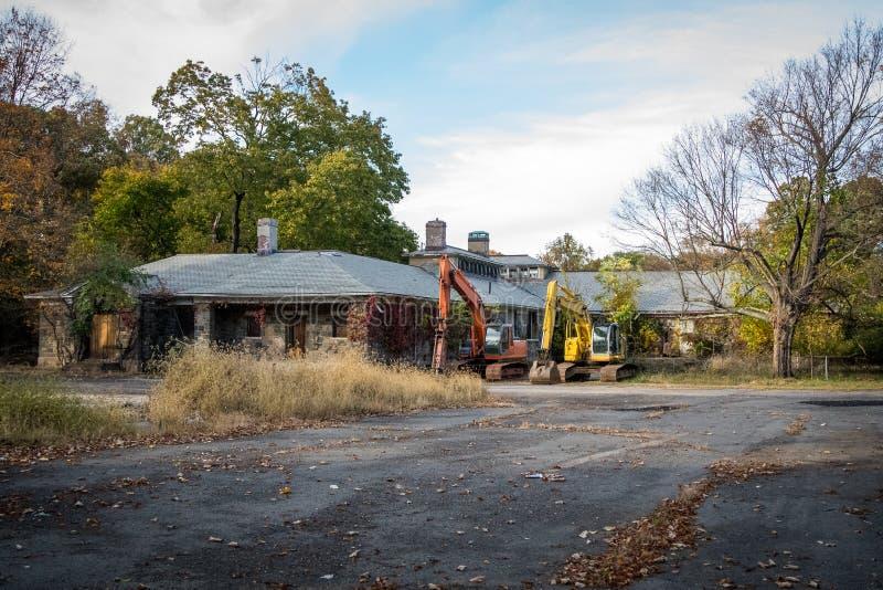 Старое получившееся отказ здание намечанное быть сокрушенным стоковое фото rf