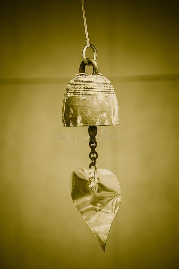 Старое постаретое Gunge малый латунный колокол стоковое фото