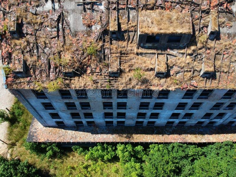 Старое разрушенное и загубленное промышленное здание, вид с воздуха стоковое изображение rf