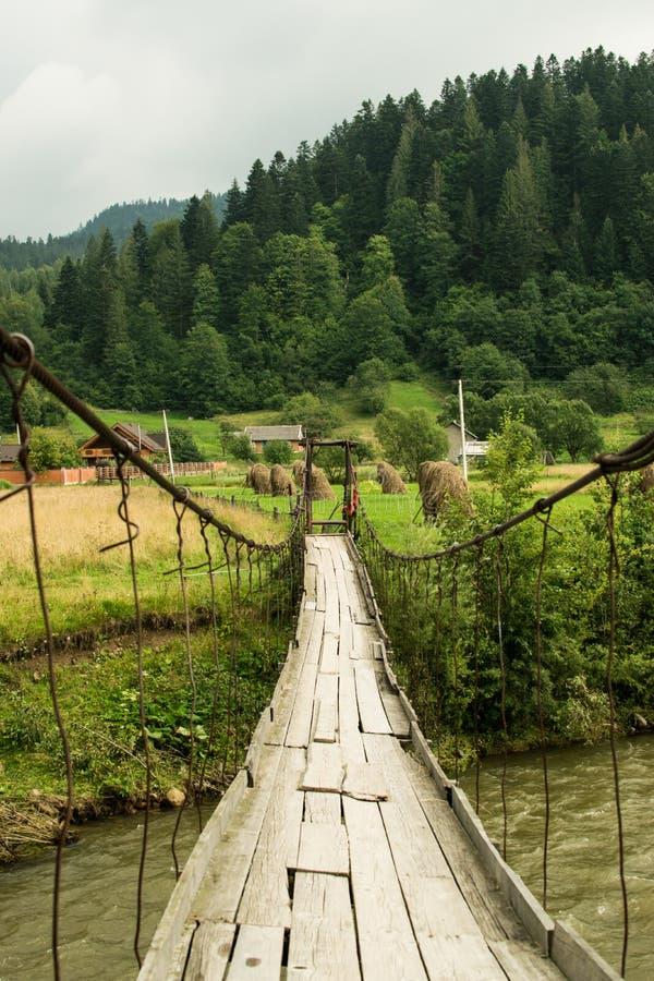 Старое река горы скрещивания висячего моста Взгляд ландшафта стоковые фото