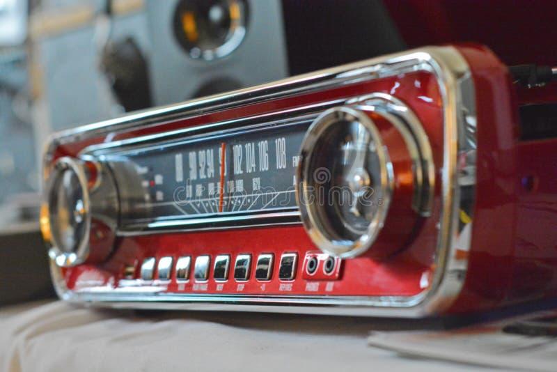 Старое ретро радио с на таблицей стоковое фото rf