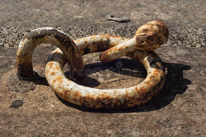 Старое ржавое кольцо связи-вниз Селективный фокус стоковая фотография