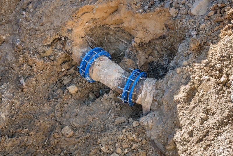 Старое ржавое подземное обслуживание соединителя трубы стоковое фото rf