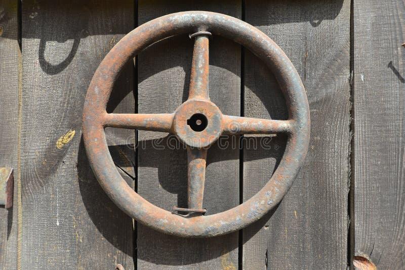 Старое рулевое колесо трактора стоковые фото
