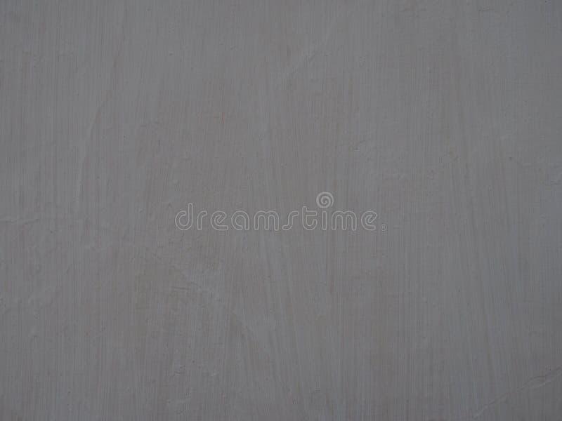 Старое светлое - серая покрашенная поверхность стены с текстурированными метками щетки и предпосылкой рамки слабых отказов полной стоковые фото