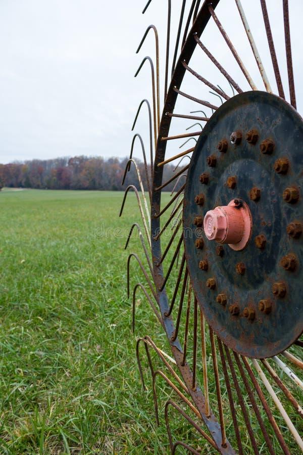 Старое Сельскохозяйственное Оборудование В Поле стоковые изображения rf