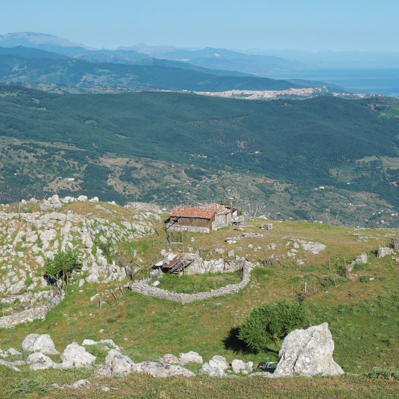 Старое сухое каменное укрытие чабана на плато Miglino в парке Nebrodi стоковая фотография