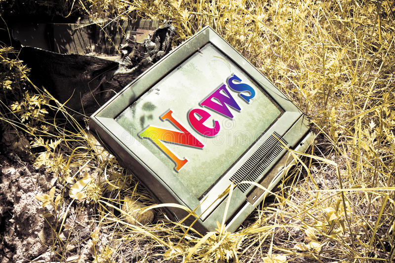 Старое телевидение CRT при ` новостей ` написанное на экране стоковое изображение rf