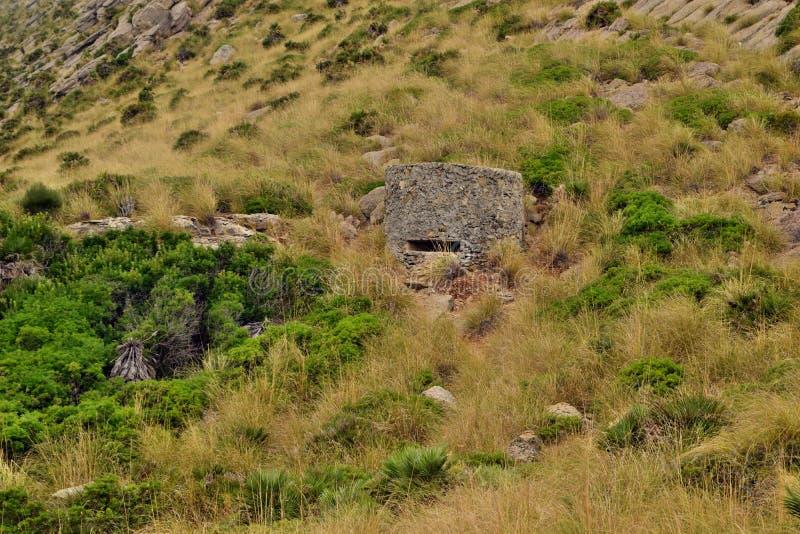 Старое укрепленное городище бункера на холме стоковая фотография rf