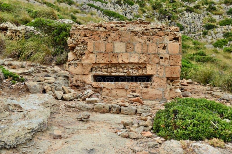 Старое укрепленное городище бункера на холме стоковые фото