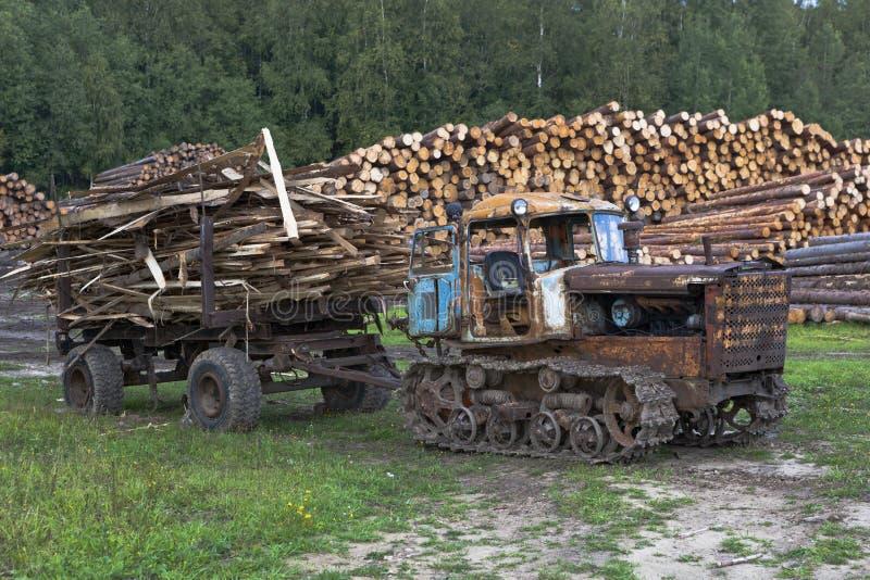 Старое удаление трактора DT-75 Казахстана ненужное от лесопилок стоковое фото rf