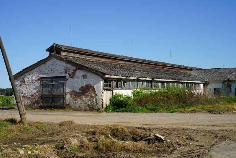 Старое фермерское здание забыто и опущено стоковые фото