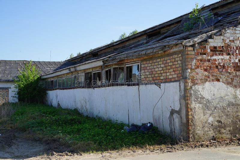 Старое фермерское здание забыто и опущено стоковое изображение rf