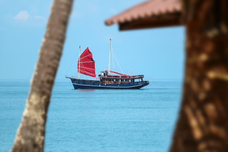 Старое старое форменное плавание парусника в море на тропическом острове стоковое фото