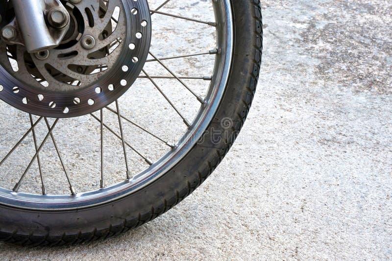 Download Старое черное колесо мотоцикла и тарельчатого тормоза Стоковое Фото - изображение насчитывающей металл, диск: 40576686