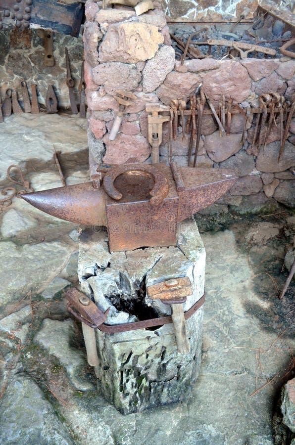Старое blacksmith& x27; наковальня s стоковое фото rf