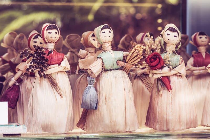 Старое Budva, Черногория - 19-ое июля 2019: Сувениры от handmade куклы в Черногории, подарки для продажи стоковая фотография rf