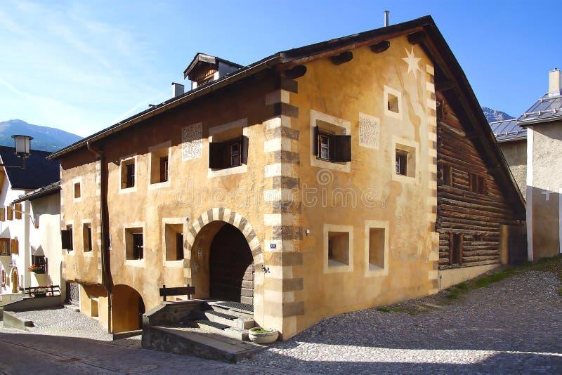 Старое Chesa Rageth в историческом средневековом старом городке стоковое фото rf