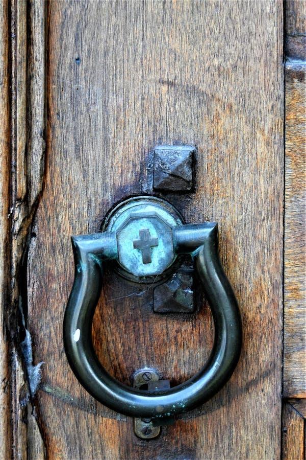Старое doorknocker на церков в городе Монпелье, Washington County, Вермонте, Соединенных Штатах, США, США стоковые фотографии rf