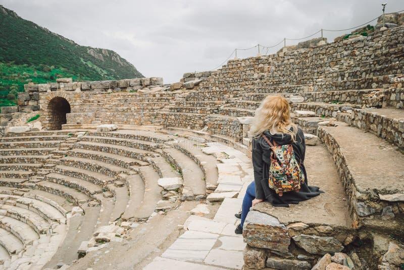 Старое Ephesus: девушка в руинах амфитеатра стоковые фотографии rf