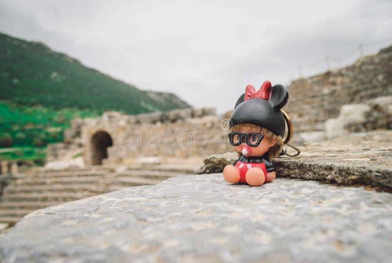 Старое Ephesus: малая игрушка на амфитеатре стоковые изображения rf