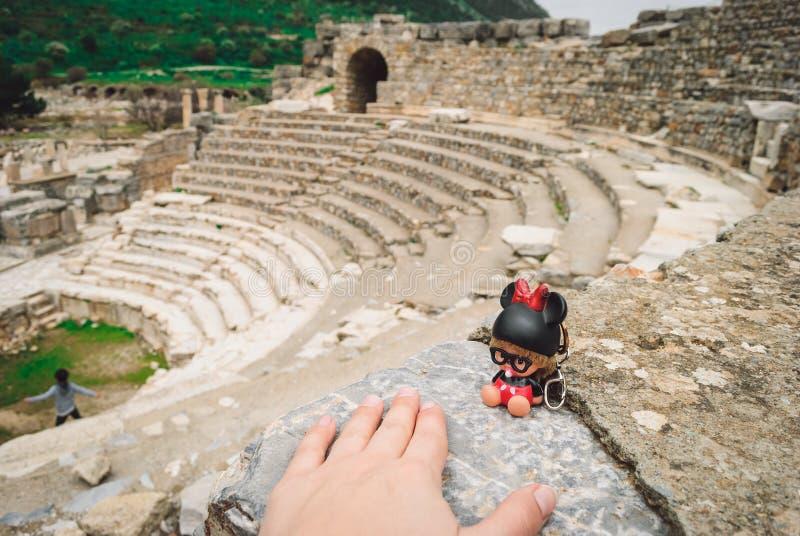 Старое Ephesus: новый маленький друг в старом городке стоковая фотография rf