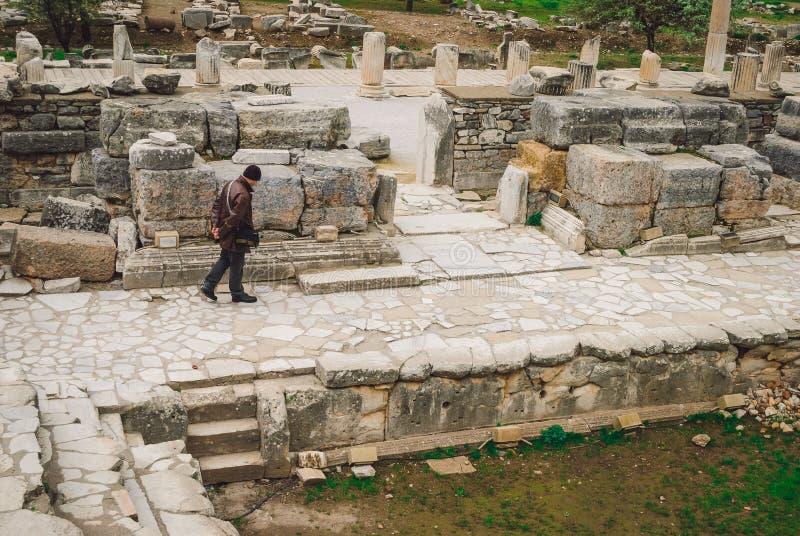 Старое Ephesus: сиротливая персона среди руин стоковое изображение rf
