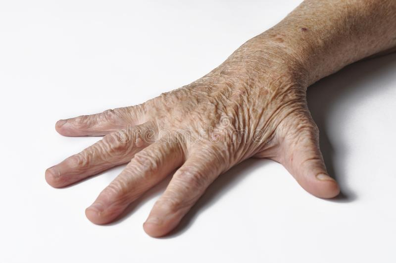 Старое grandmother& x27; рука s изолированная на белой предпосылке Рука изолированная на белой предпосылке r стоковое фото rf