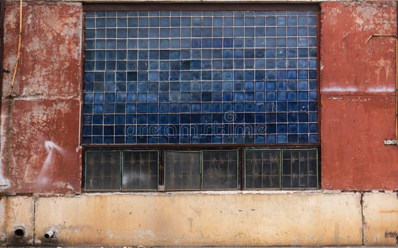Старое grungy стекло блока и покрашенная конкретная текстура склада от СССР стоковые фотографии rf