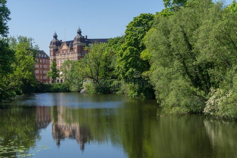 Старое multistorey здание с отражением в Копенгагене, Дании стоковое фото